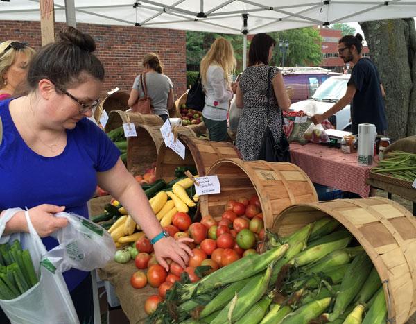 medford-farmers-market-shoppers