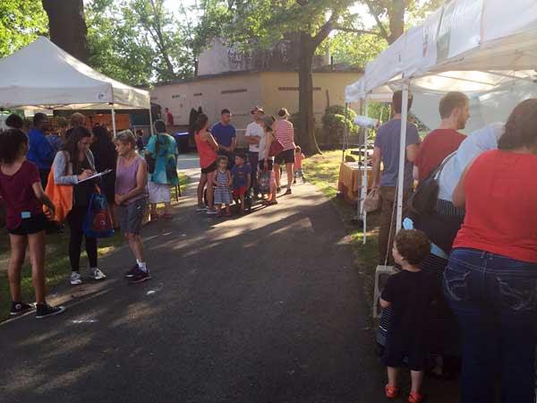 medford-farmers-market-crowd